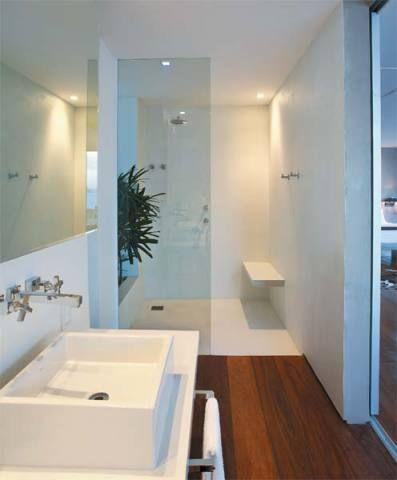 Na suíte principal, o banheiro aberto para o quarto tem piso de tecnocimento...