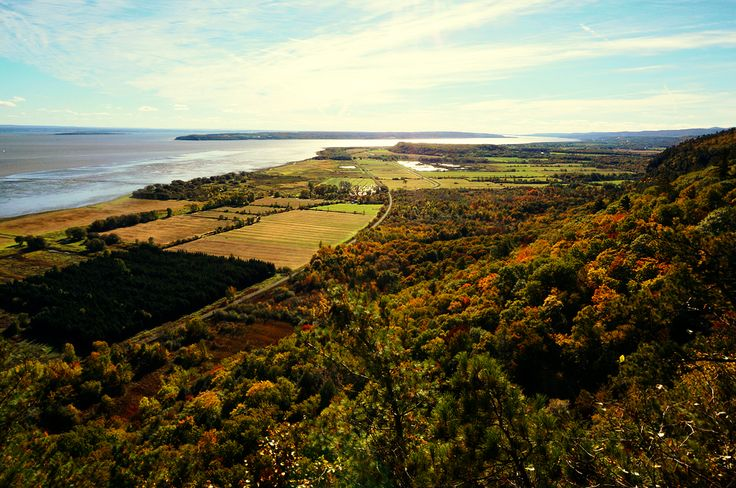 The nature around Québec City offers many facilities to enjoy the beauty of Canada, VALLÉE DU BRAS DU NORD and SENTIER DES CAPS to mention a few. Many of the national parks within a reasonable driving distance from the city have multiple different hiking trails with several difficulty levels.