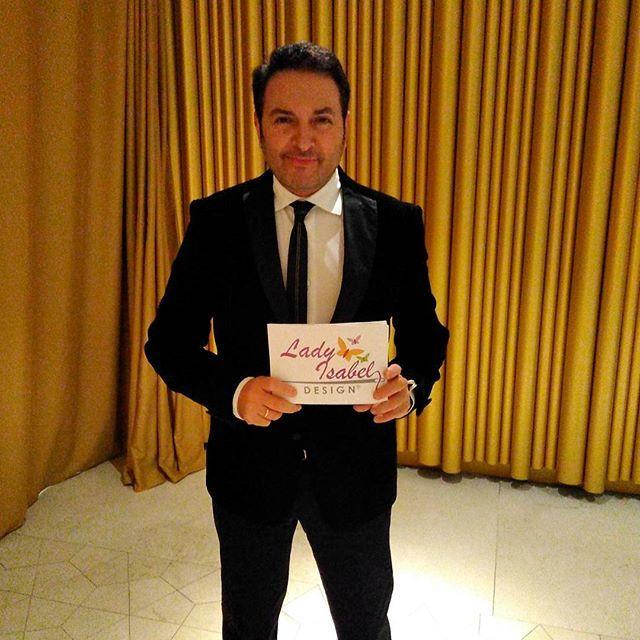Nuestro presentador Albert Castillón ya está listo para dar voz al gran evento. #colecciónladyisabel #boton