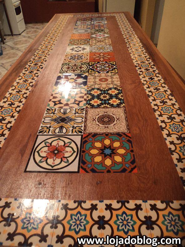 Mesa customizada com adesivos azulejos                                                                                                                                                      Mais