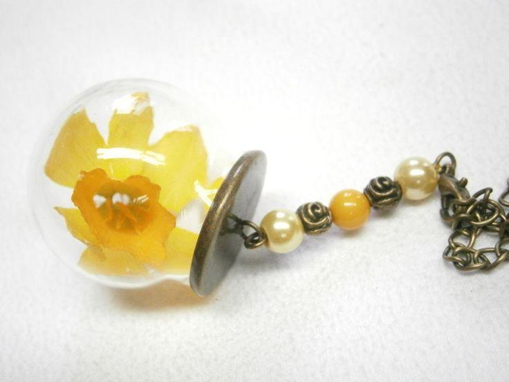 Echte Blüte - Narzisse in Glaskugel   von BlackSheepFactory auf DaWanda.com