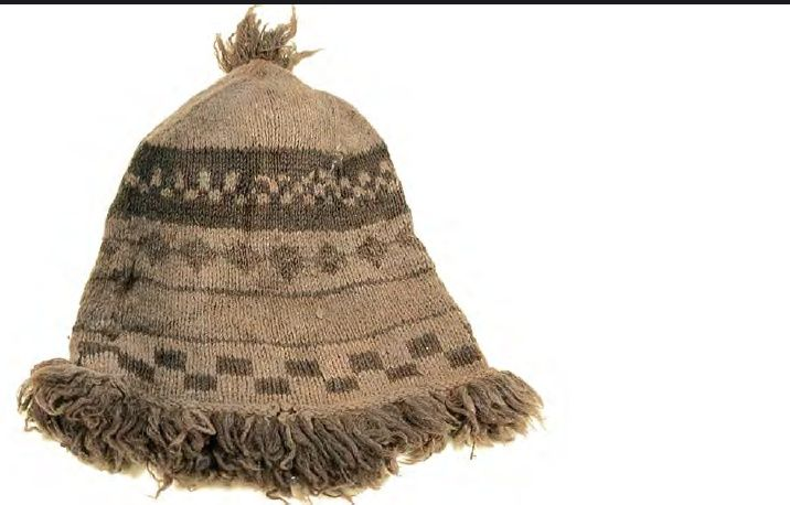 1780-tal, mössa, nr. W-32/60/95/1, knit woolen cap, monmouth cap. Height 20 cm, circumference 43 cm, fringe 3,5 cm, 3 stitches per cm. The shipwreck General Carleton.
