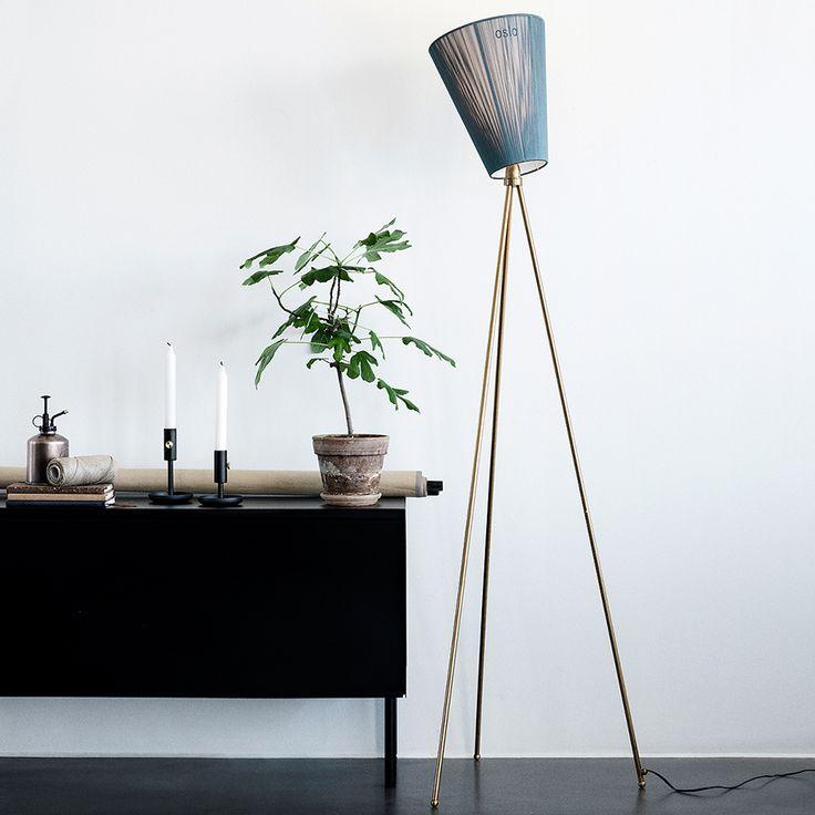 Oslo Wood Gulvlampe er en studiolampe med en tripod base. Skjermen omfatter en snurrbar skyggedel som gir muligheten for spennende lysvinkler i rommet. Se vår nettbutikk for flere lamper fra Northern Lighting