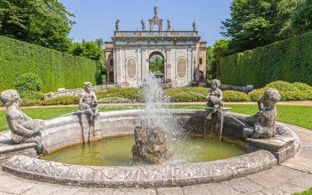 Il Giardino Monumentale di Valsanzibio che, nella seconda metà del Seicento, fu fonte d'ispirazione per il parco reale di Versailles, con le sue statue, le fontane e i sontuosi giochi d'acqua.