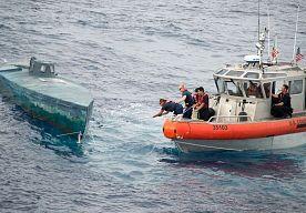 8-Aug-2015 11:25 - VS ONDERSCHEPPEN ZELFGEBOUWDE SMOKKELDUIKBOOT. Het is een van de grootste drugsvangsten ooit - en een van de meest opmerkelijke. De Amerikaanse kustwacht maakte vrijdag de vondst bekend van een zelfgemaakte, 12 meter lange duikboot. Aan boord bevonden zich vier mannen én bijna 8 ton cocaïne, ter waarde van naar schatting 200 miljoen dollar.