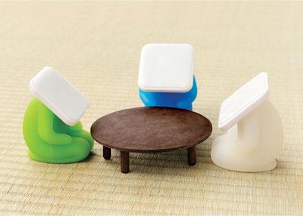 座っている姿を想像できるスマートフォンスタンド「アイボウスタンド」: DesignWorks