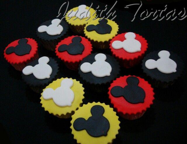 "Ponquesitos decorados con fondant. ""Mickey Mouse"""