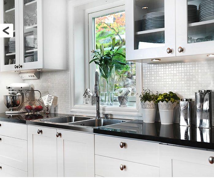 Inspireras av vackert mosaik till köket. Konradssons Aurore madreperla 2X2 mosaik passar perfekt till köksskivor i trä eller betong. Läser mer om våra nyheter på Stonefactory.se! #mosaik #kök #inspireras #inredning #stonefactory