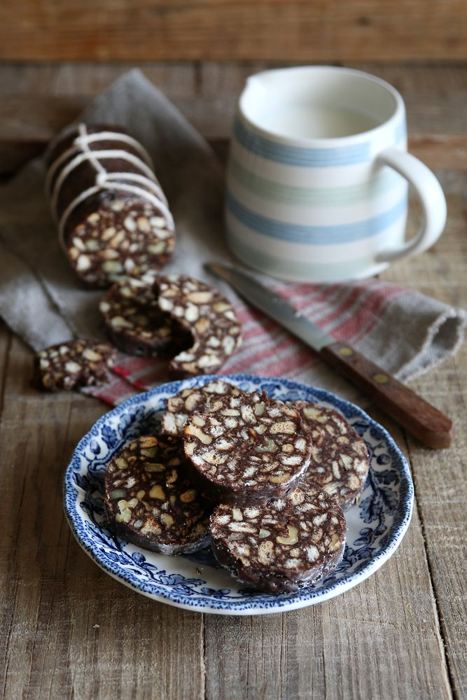 Il salame di cioccolato con cacao amaro in polvere è una ricetta che si prepara con questi ingredienti: cacao, burro, uova, zucchero e biscotti secchi.