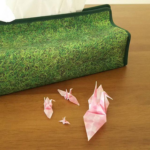 【kf_mieko】さんのInstagramをピンしています。 《玄関の飾りを春らしく桜色に。 どこまで折れるかティッシュ箱で比較。 #折り紙 #鶴 #折り鶴 #玄関 #ディスプレイ #ミニチュア #桜》