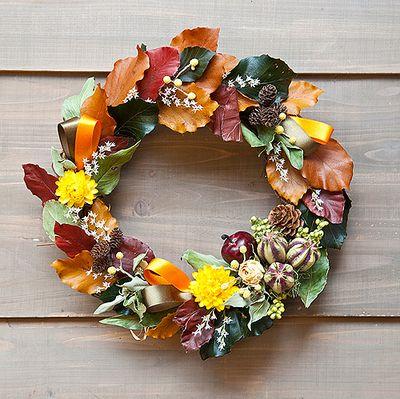 小さい秋みつけた…つい、口ずさみたくなるキュートな秋色リース。 Floral Wreath, Wreaths, Autumn, My Favorite Things, Flowers, Christmas, Swag, Home Decor, Happy