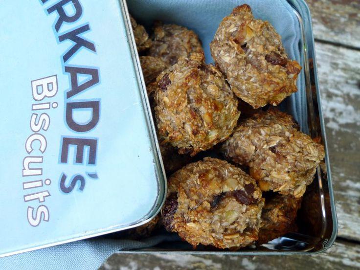 Wat een lekkere koekjes met havermout, rozijntjes, banaan en kokos. Glutenvrij met een klein beetje agavesiroop.  | http://degezondekok.nl