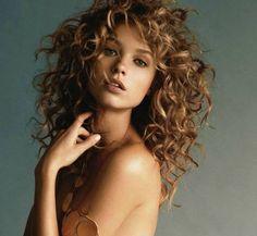 Le acconciature facili per capelli ricci a cui ispirarsi