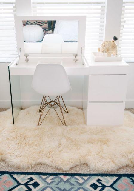 O tapete de pelo da um charme a mais nesse espaço que é bem especial uma bancada para se maquiar pequena mais bem versátil ameiiiiiii ♡♡♡