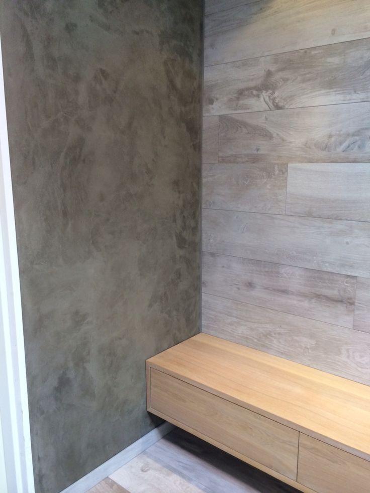 Combinatie Beton-stuc en Houtlook-tegels in badkamer