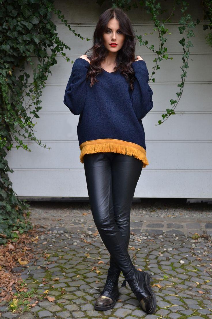 Bluză bleumarin cu un croi asimentric (mai lungă în spate și mai scurtă față) si cu detaliu franjuri de culoare galbenă-muștar. http://www.melor.ro/shop/bluze/bluza-bleumarin-cu-detaliu-franjuri/