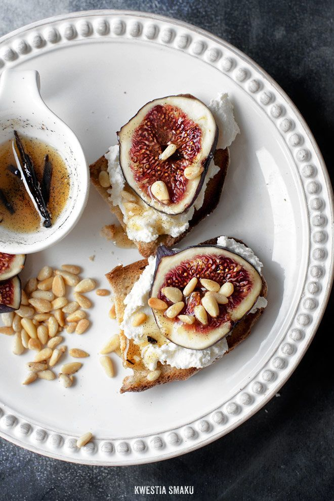 Toast with ricotta, pine nuts, honey and figs