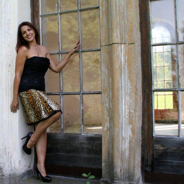 Divočina s krajkou... Krásná sukně nepřehlédnutelného vzoru je z lehoučké a na omak velice příjemné splývavé bavlny. Sukně je vsazena do do 10cm pružného úpletové sedla, kterým je ještě protažena jemná pruženka pro komfortnější nošení. Dá se nosit v pase nebo na bocích. Sukně má na jedné straně předního dílu dva velké sklady, které jsou zvýrazněny ...
