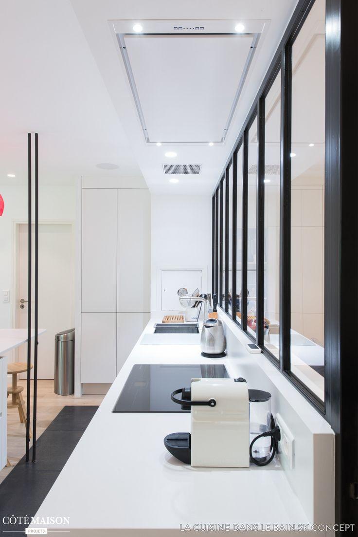 Un décor de cuisine épuré, associé à quelques touches de modernité et d'autres du style rustique. - Plus de photos sur Côté Maison;
