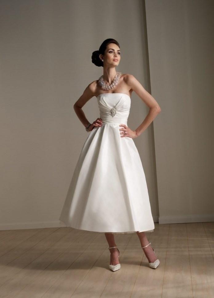 Зимние свадебные платья средней длины - http://1svadebnoeplate.ru/zimnie-svadebnye-platja-srednej-dliny-4018/ #свадьба #платье #свадебноеплатье #торжество #невеста