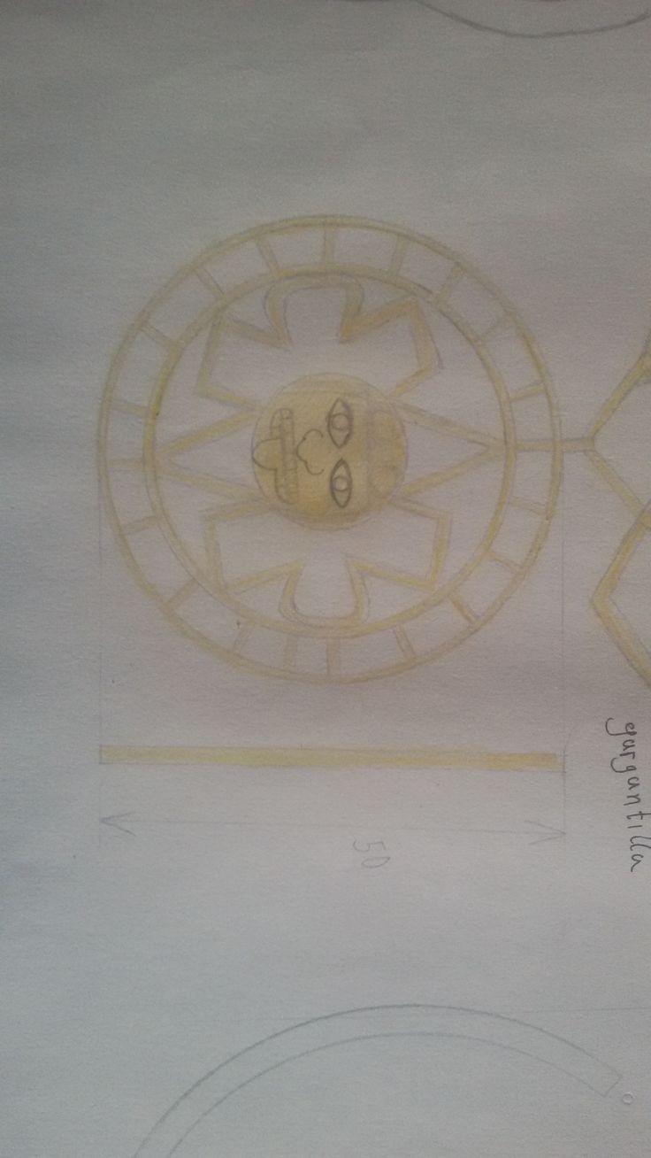 EJERCICIO 2 Y para la gargantilla, la joya central, he realizado un diseño inspirado en los famosos calendarios azteca y maya, simplificando las formas. Para la cadena he usado unas formas romboidales.