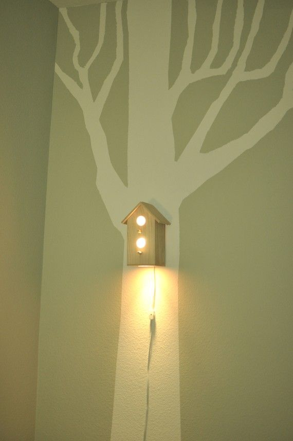 Leuk budget idee voor de kinderkamer. Schilder op de wand een boom en maak er een lief vogelhuisje in met een lampje. Budget knutsel tip van Speelgoedbank Amsterdam voor kinderen en ouders.