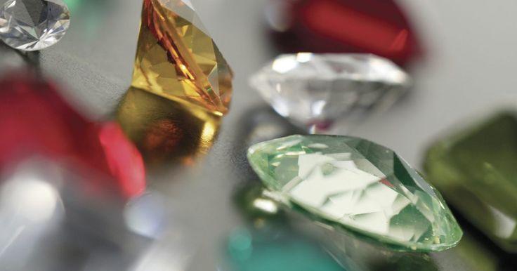 Cómo encontrar piedras preciosas. Las piedras preciosas coloridas son indispensables en los juegos para creación de piezas de joyería. Aunque puedes encontrar muchas tiendas en línea que venden piedras preciosas, muchos joyeros caseros no se dan cuenta de que pueden coleccionar piedras preciosas por su cuenta, en el exterior. Si quieres salir a buscarlas, aquí hay algunos modos de ...