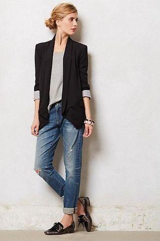 Schwarzes Sakko, Graues Langarmshirt, Dunkelblaue Boyfriend Jeans mit Destroyed-Effekten, Dunkelbraune Leder Slipper mit Quasten für Damen