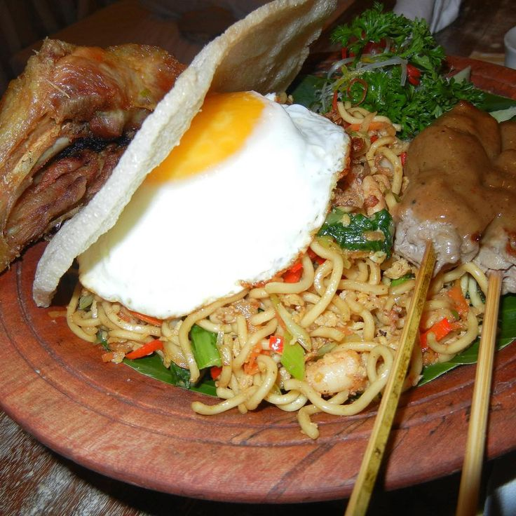 Mie goreng!! Yum. Fried noddles with fried egg, roasted chicken leg & pork sate sticks. Delicious. What's your favourite local food? . .