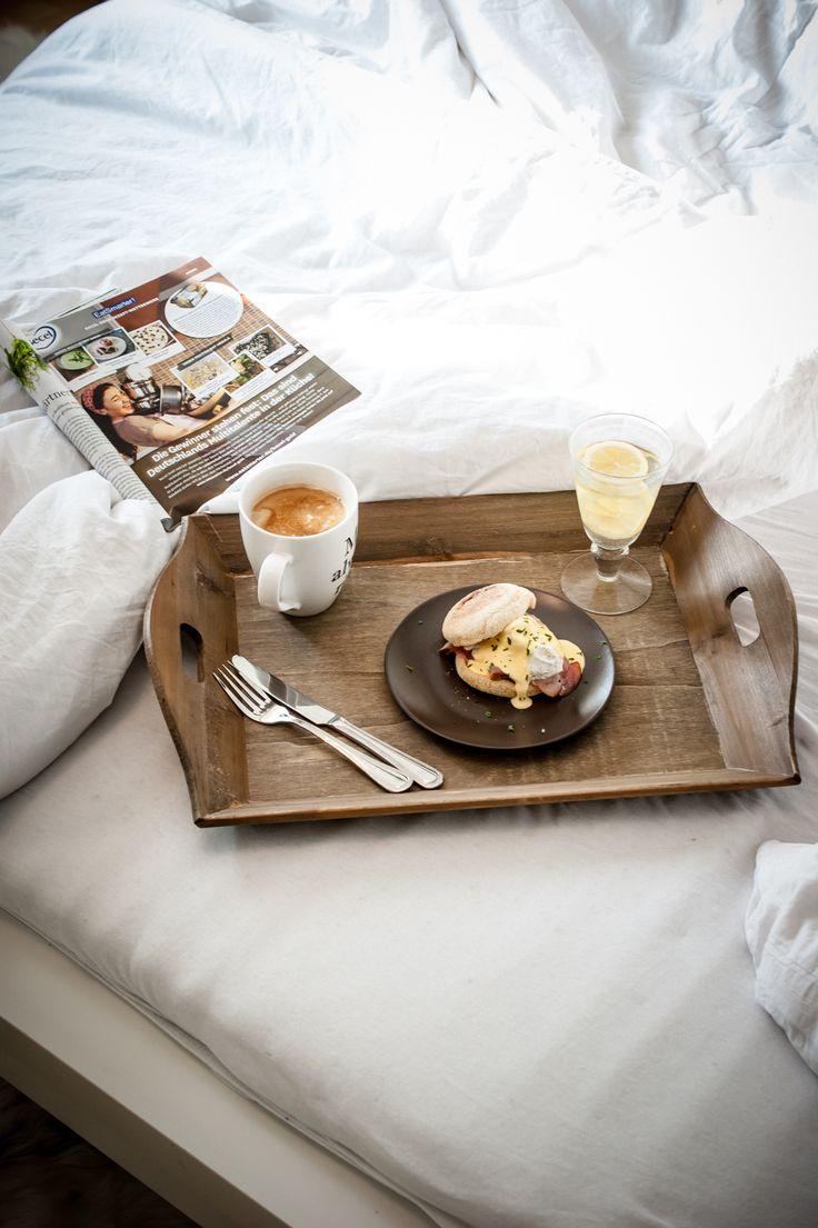Frühstück im Bett, ohja :) Dafür machen wir uns Eier Benedict, der perfekte Start in den Feiertag.