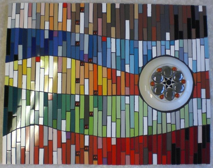 Houten paneel met keramisch mozaiek. Het 'oog' is een relief.  6x4cm