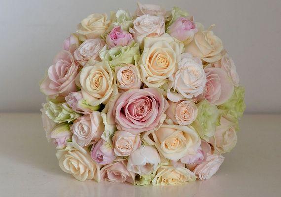Gyönyörű, üde csokor készülhet, ha a világos színek mellett a rózsaszín valamelyik árnyalata dominál.