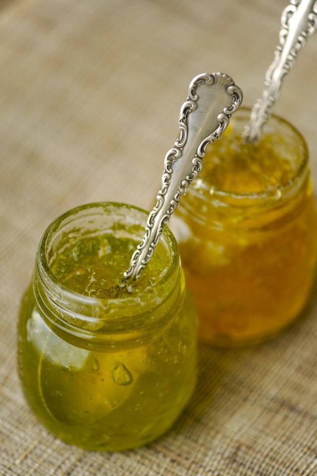 Цитрусовый мармелад Из примерно 1 кг с небольшим лимонов на комбайне получилось около 750 мл.  Желирующего сахара не нашел, зато в продаже есть Жельфикс 1:1, который как раз расчитан на 750 мл фруктового сока и 1 кг сахара (для мандаринов стоит сахара взять меньше, около 700 г, а пакетиков Жельфикса взять ... На все про все уходит минут 30...