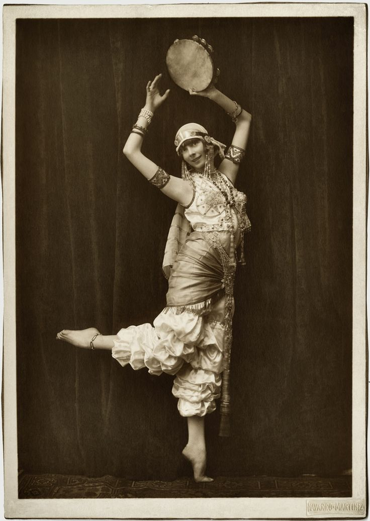 Doreen Young nació en Valparaíso y se dedicó a la danza tras ver a la Pavlova en Chile. Estudio en Londres, volvió al país y durante muchos años mantuvo encendida la llama del ballet académico.