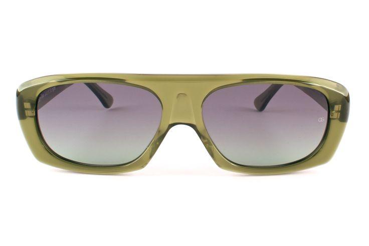 Provate a pensare alle icone del 20° secolo ed ai film cult degli anni Cinquanta e Sessanta, hanno tutti una cosa in comune: Oliver Goldsmith, che dalla seconda metà del secolo scorso e' sinonimo di stelle e stile. Una particolarità della collezione sole di Oliver Goldsmith è che all'interno dell'asta è serigrafato l'anno di creazione dell'occhiale.