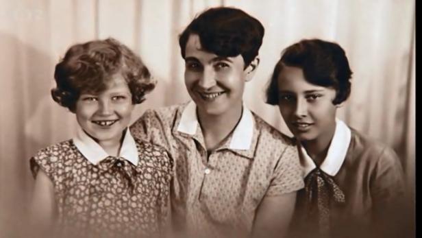 Sestry Lída a Zorka Babkovy s maminkou Ludmilou, která byla operní pěvkyní