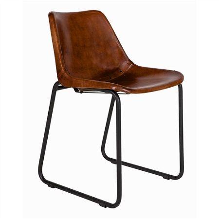 Leren stoel industriele zal een warme sfeer scheppen in uw woonkamer.Kuipstoel met zwart metalen frame en leren zitting met studs