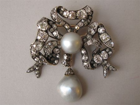 Broach of Queen Maria Pia of Portugal gifted by her father, the king of Italy, Vittorio Emanuele II. Made in Torino by Musy Padre e Figli in silver, gold, diamonds and two grey pearls