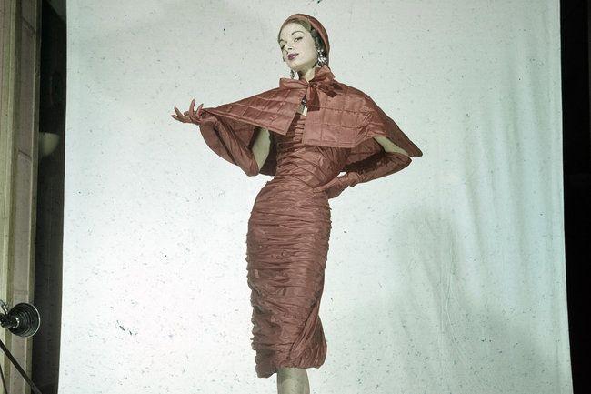 Shocking Pink (und generell starke, leuchtende Farben), Kunst-Avantgarde, Surrealismus und Dada übertragen in die Mode, ein selbstbestimmtes, intelektuelles Frauenbild, opulente Details und exotische Materialien  – das sind nur einige der Errungenschaften, die Elsa Schiaparelli der Welt mit ihrem gleic