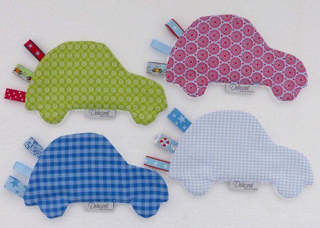 Babys lieben Knistertücher! Aus herrlich weichem Baumwollstoff (Rückseite Frottee) mit verschiedenen Bändern zum greifen, fühlen und hören. Es fördert die Motorik und bereitet den Kleinen...