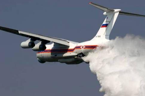 Det ryska vattenbombplanet Ilyushin Il-76 kan lastas med 40 kubikmeter vatten.