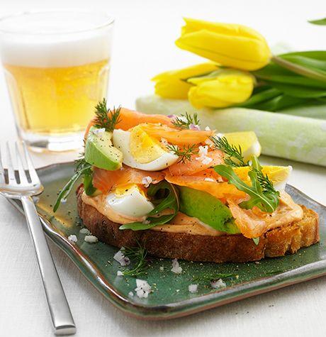 Avokado- och äggsmörgås med gravad lax och het tomataioli - Svenska Ägg