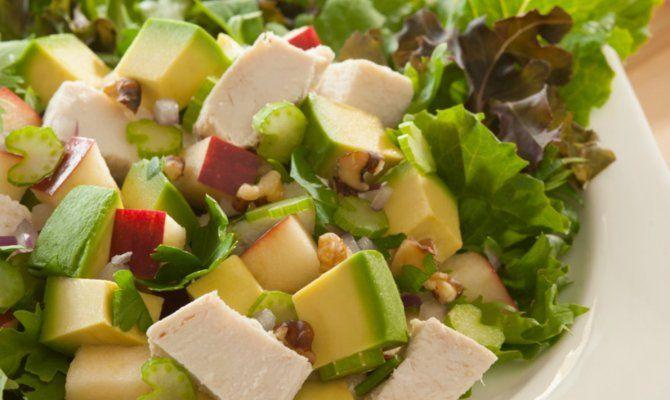 """Retrouvez la photo """"Salade avocat et poulet"""" dans notre diaporama intitulé """"9 recettes à base d'avocat pour vous aider à perdre du poids"""" sur 750g."""