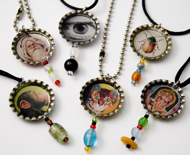 Necklace bottle caps! Great idea for the school craft fair fundraiser ... or party favors.