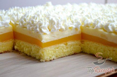 A frissítő narancsos kocka süteményt tejszínhabbal sokan talán Fanta szelet néven ismerik, de nálunk ez az elnevezés terjedt el. Én inkább narancslével készítem, amit tetszés szerint édesítek, de Fantával is bátran készíthető. Kicsiknek és nagyoknak egyaránt bejön az édesség, főleg jó hidegen, egyenesen a hűtőből tálalva. Nálunk szokássá vált, hogy a narancsos réteg a süti közepére, közvetlenül a tésztára kerül, így a világos krémre bőven kerülhet tejszínhab. Ha egy kis csavart szeretnénk…