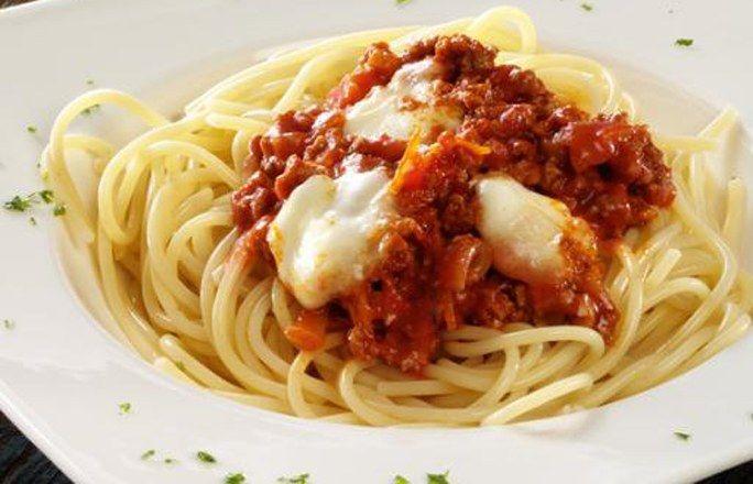 Spaghetti mit vegetarischer Bolognese - 10 einfache Rezepte für jeden Tag - Zutaten für 4 Portionen: - 1 Packung Hensel Soja-Kost Italia-Mix - 1 Zwiebel - 1 Knoblauchzehe - 3 EL Olivenöl - 100 ml Rotwein - 500 g passierte Tomaten oder Tomatenpüree - Salz...