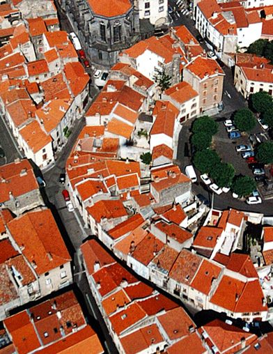 Clermont-Ferrand : Centre historique de Montferrand vue du ciel aka teilhards land