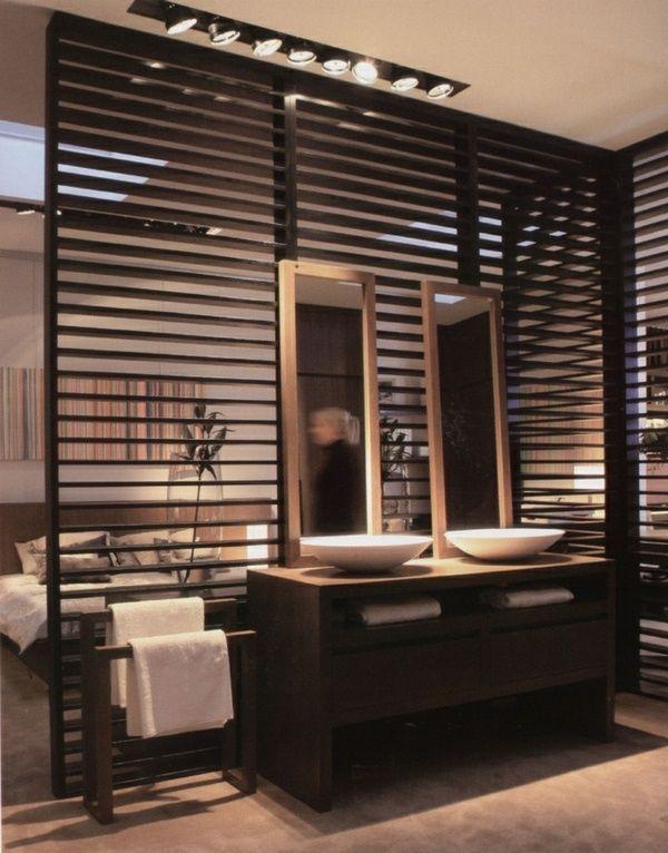 cloisons en bois de deux élégant miroir dans la salle de bain