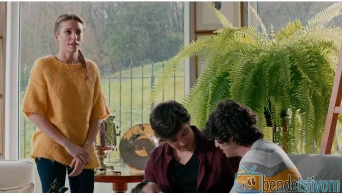 Star TV yayınlanan Medcezir dizisinde  Mira Beylice  karakterini canlandıran Serenay Sarikaya'nın,61. bölümünde giydiği sarı triko