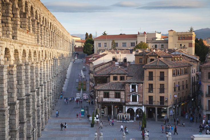 Acueducto, Segovia (Castilla y León)   Proeza de la ingeniería del imperio romano, el Acueducto de Segovia divide en dos la ciudad con su rejilla de 162 arcos de medio punto. Siglos de historia que se juntan en piedra sobre piedra y que han hecho célebre en el mundo entero su perfecto y único perfil, Patrimonio de la Humanidad.